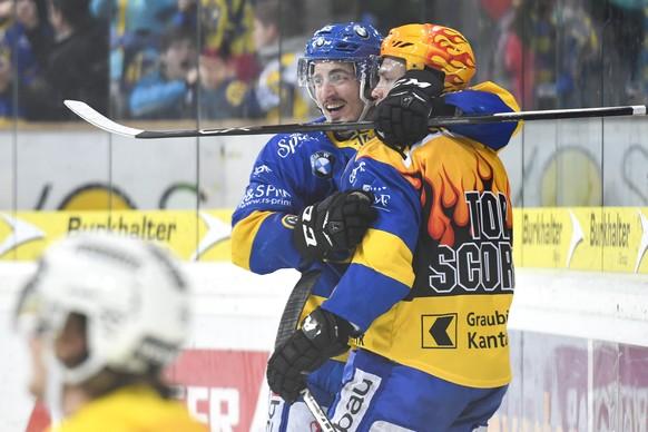 Marc Wieser, links, und Perttu Lindgren von Davos, bejubeln das 4-0 durch Wieser, beim Eishockey-Qualifikationsspiel der National League A zwischen dem HC Davos und SC Bern, am Freitag, 13. Januar 2017, in der Vaillant Arena in Davos. (KEYSTONE/Gian Ehrenzeller)
