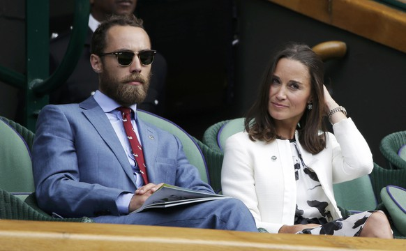 Pippa (R) and James (L) Middleton, the sister and brother of Britain's Catherine, Duchess of Cambridge, watch the women's singles tennis match between Angelique Kerber of Germany and Heather Watson of Britain at the Wimbledon Tennis Championships, in centre court, London June 26, 2014.  REUTERS/Max Rossi (BRITAIN  - Tags: SPORT TENNIS ENTERTAINMENT ROYALS)