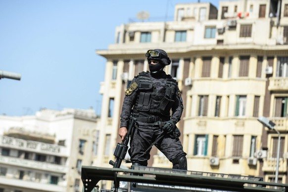 epa05260626 A police officer stands near Egyptian Journalists Syndicate, in Cairo, Egypt, 15 April 2016. Activists organised protests across the greater Cairo area against Egypt's acknowledgement that the two islands of Tiran and Sanafir in the Gulf of Aqaba belong to Saudi Arabia and had only been placed under Egypt's control temporarily.  EPA/MOHAMED HOSSAM