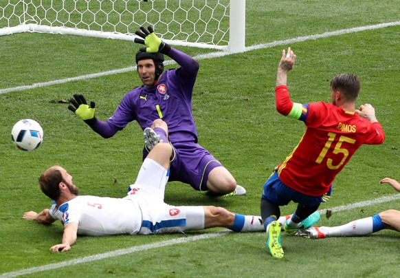 epa05361617 Goalkeeper Petr Cech (C) of Czech Republic in action against Sergio Ramos (R) of Spain during the UEFA EURO 2016 group D preliminary round match between Spain and Czech Republic at Stade Municipal de Toulouse in Toulouse, France, 13 June 2016.