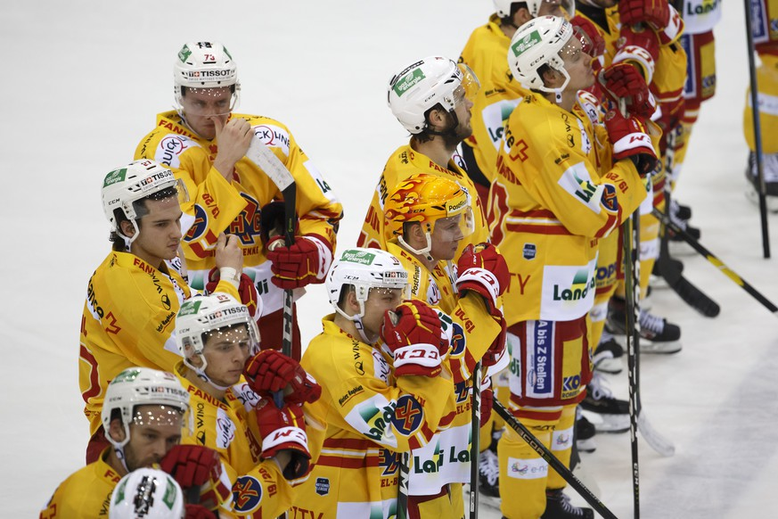 Biel's players look disappointed after losing against Geneve-Servette, during a National League regular season game of the Swiss Championship between Geneve-Servette HC and EHC Biel-Bienne, at the ice stadium Les Vernets, in Geneva, Switzerland, Friday, December 6, 2019. (KEYSTONE/Salvatore Di Nolfi)