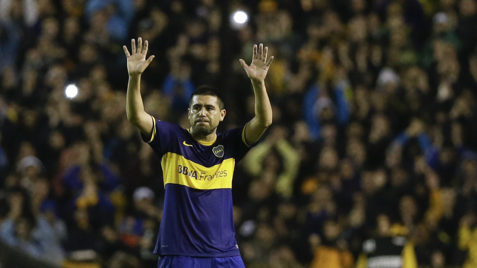 Boca Juniors' Juan Roman Riquelme leaves the field during an Argentine league soccer match against Lanus in Buenos Aires, Argentina, Sunday, May 11, 2014. If Boca Juniors's club decides not to renew Riquelme's contract, this was Riquelme's last match at the