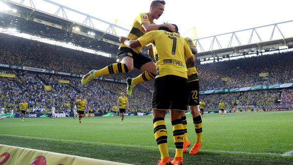epa06683933 Dortmund's Jadon Sancho (C) celebrates scoring the first goal with Dortmund's Christian Pulisic (R) and Dortmund's Marco Reus (L) during the German Bundesliga soccer match between Borussia Dortmund and Bayer Leverkusen in Dortmund, Germany, 21 April 2018.  EPA/FRIEDEMANN VOGEL EMBARGO CONDITIONS - ATTENTION: Due to the accreditation guidelines, the DFL only permits the publication and utilisation of up to 15 pictures per match on the internet and in online media during the match.