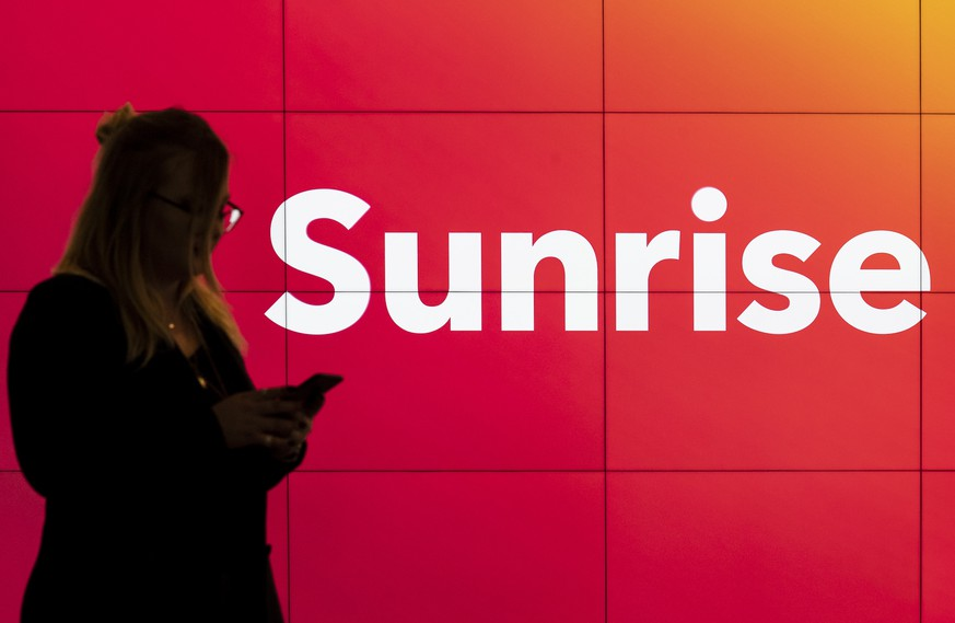 ARCHIVBILD ZUR UEBERNAHME VON UPC SCHWEIZ DURCH SUNRISE, AM MITTWOCH, 27. FEBRUAR 2019 ---- [Staged Picture] A customer in a shop of telecommunications provider Sunrise Communications in Glattbrugg, Canton of Zurich, Switzerland, on February 19, 2019. (KEYSTONE/Ennio Leanza)