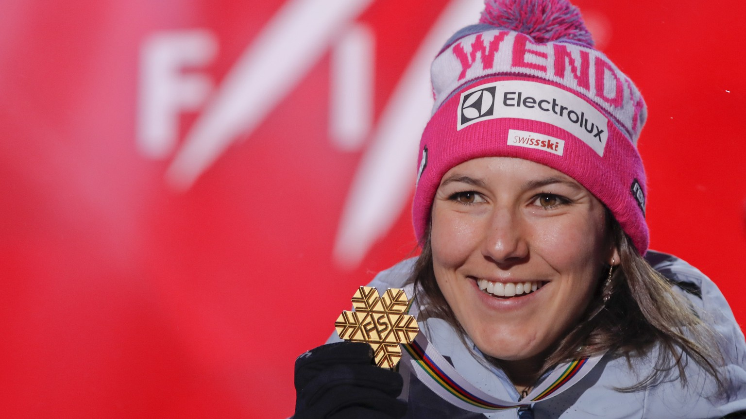 epa07353389 First placed Wendy Holdener of Switzerland poses with her medal on stage during the medal ceremony for the women's Alpine Combined race at the FIS Alpine Skiing World Championships in Are, Sweden, 08 February 2019.  EPA/VALDRIN XHEMAJ