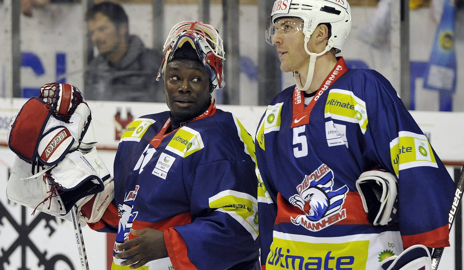 Mannheim's goalkeeper Fred Brathwaite, left, talks with his teammate Andy Hedlund during the game between Germany team Adler Mannheim and team Canada at the 83rd Spengler Cup ice hockey tournament, in Davos, Switzerland, Tuesday, December 29, 2009. (KEYSTONE/Peter Schneider)
