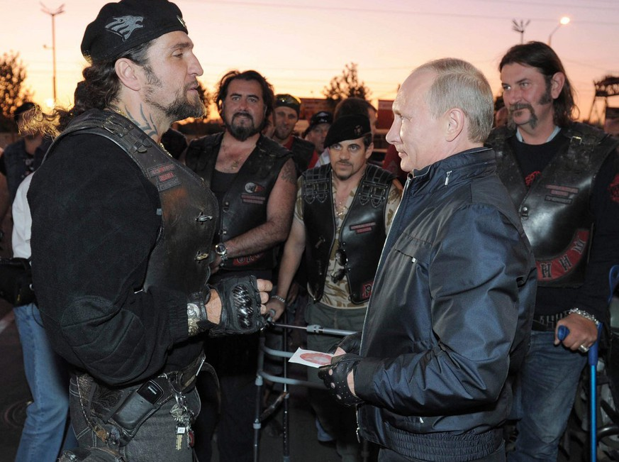 epa02887595 Russian Prime Minister Vladimir Putin (front R) speaks with the Night Wolves bikers organization leader Alexander Zaldostanov (L) during his visit to a bike festival at the Black Sea port of Novorossiysk, Russia, 29 August 2011.  EPA/ALEXEY DRUGINYN MANDATORY CREDIT: RIA NOVOSTI, NOT FOR USE AFTER 29 SEPTEMBER 2011,  NO SALES/NO ARCHIVES
