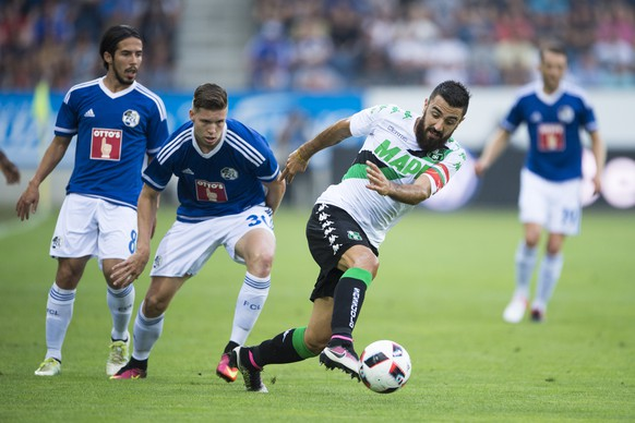 Francesco Magnanelli, centre right, of Sassuolo, and Cedric Itten, centre left, of Luzern, in action, during the UEFA Europa League third qualifying round first leg soccer match between Swiss Club FC Luzern and  Italian Club US Sassuolo, in Lucerne, Switzerland, Thursday, 28 July 2016. (KEYSTONE/Urs Flueeler)