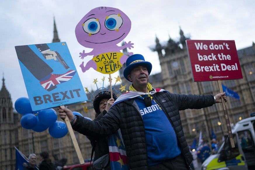epa07283724 Pro and anti Brexit supporters outside the Houses of Parliament in London, Britain, 14 January 2019. The postponed Brexit EU Withdrawal Agreement vote, or more commonly known as The Meaningful Vote, is due to be held in the House of Commons on 15 January 2019.  EPA/WILL OLIVER
