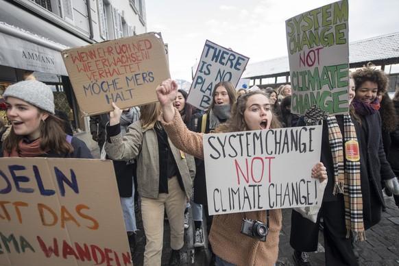 Mehrere hundert Schülerinnen und Schüler demonstrierten am schweizweiten Klimastreik gegen die Klimapolitik und für einen sicheren Klimaschutz am Freitag, 18. Januar 2019 in Luzern.