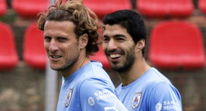 epa04251627 Uruguayan national soccer team strikers Luis Suarez (R) and Diego Forlan (L) attend their team's training session at Arena do Yacare stadium in Sete Lagoas, Brazil, 12 June 2014. Team Uruguay prepares for the FIFA World Cup 2014 taking place in Brazil from 12 June to 13 July 2014.  EPA/LAVANDEIRA JR.