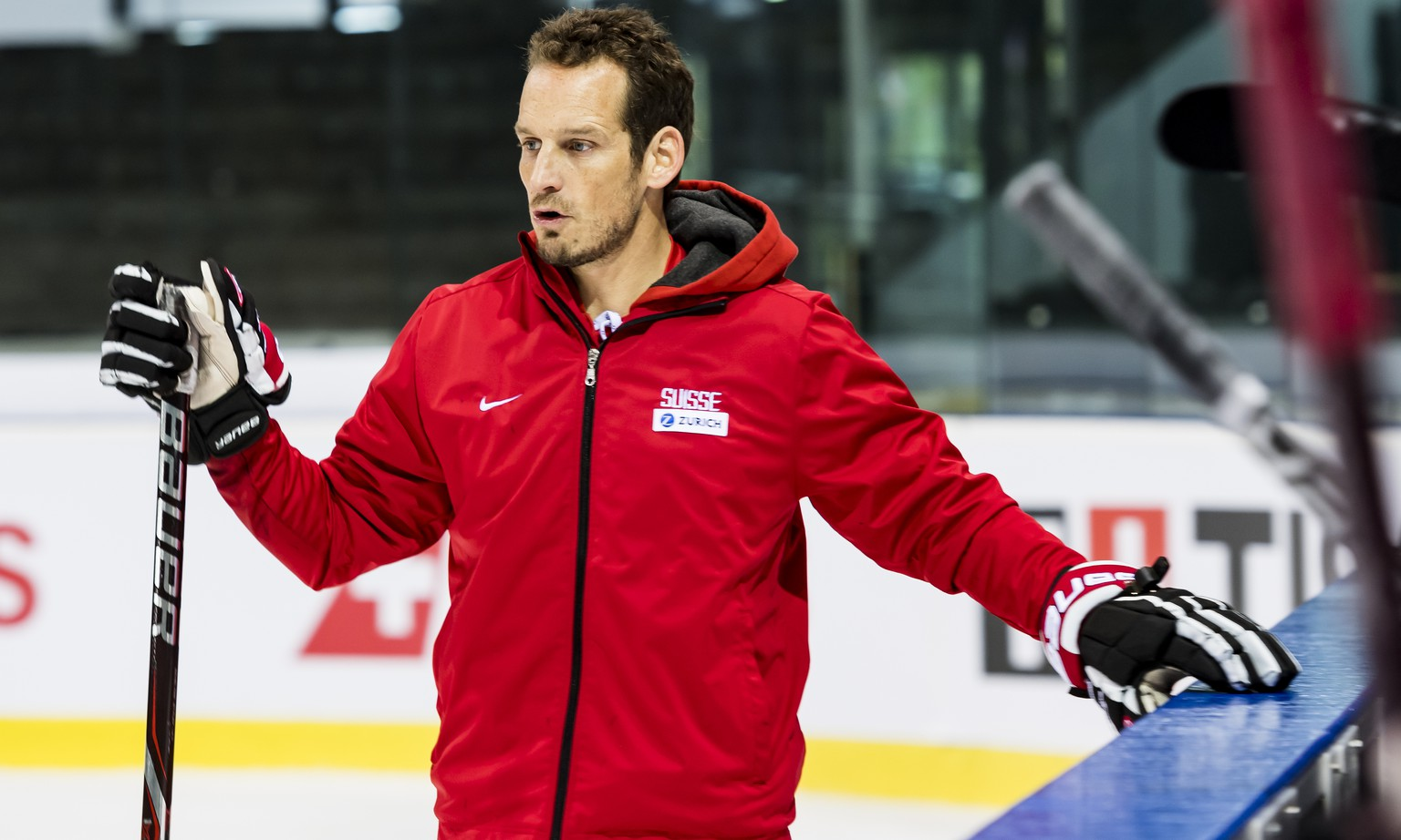 ARCHIV -- ZUM START DER EISHOCKEY WM AM FREITAG, 10. MAI 2019, STELLEN WIR IHNEN FOLGENDES BILDMATERIAL ZUR VERFUEGUNG – Patrick Fischer, head coach of Switzerland national ice hockey team, reacts during a training camp of Swiss national hockey team ahead the IIHF 2019 World Championship, at the ice stadium Les Vernets, in Geneva, Switzerland, Wednesday, April 24, 2019. (KEYSTONE/Jean-Christophe Bott)