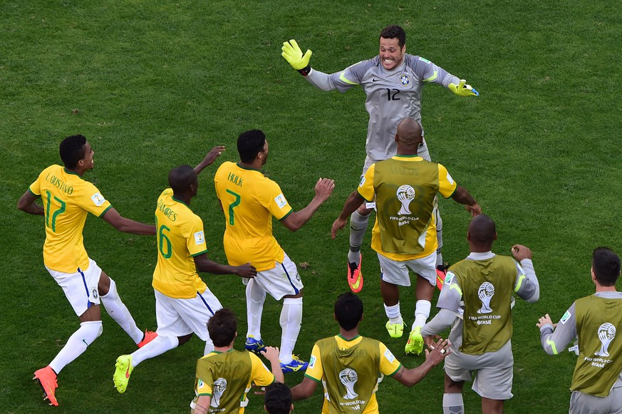 Brazil's players celebrate at the end of the round of 16 football match between Brazil and Chile at The Mineirao Stadium in Belo Horizonte during the 2014 FIFA World Cup on June 28, 2014. AFP PHOTO / POOL / FRANCOIS XAVIER MARIT
