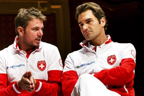 epa04395535 Swiss Davis Cup team players Stanislas Wawrinka (L) and Roger Federer (R) attend the draw of the Davis Cup World Group semi final tie between Switzerland and Italy at Palexpo in Geneva, Switzerland, 11 September 2014. The Davis Cup World Group semi final will take place from 12 to 14 September 2014.  EPA/SALVATORE DI NOLFI