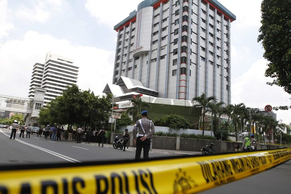 epa05100970 A general view shows a police cordon sealing off the scene of a bomb blast in Jakarta, Indonesia, 14 January 2016. Explosions near a shopping centre in the Indonesian capital Jakarta killed at least three people on Thursday, television reports and witnesses said.  Police exchanged fire with suspected attackers after the blasts at a traffic police post in front of the Sarinah shopping centre and a nearby Starbucks coffee shop, media reported.  EPA/RONI BINTANG AUSTRALIA AND NEW ZEALAND OUT