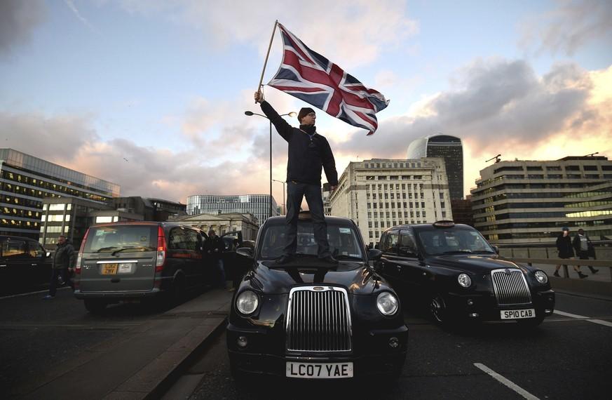 Immer mehr Taxis in London fahren elektrisch - watson