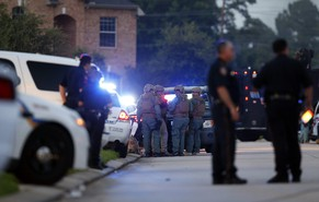 epa04308903 Police officers and SWAT team members surround an area following a reported shooting incident in Spring, Texas, USA, 09 July 2014. Reports state that police were called to the scene after six people, including four children, were shot and killed.  EPA/AARON M. SPRECHER