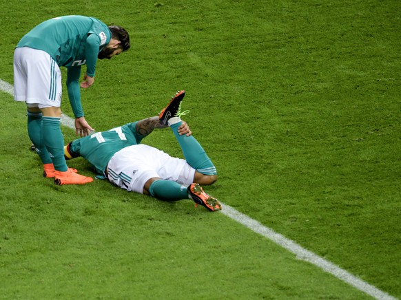 epa06633057 Germany's Jerome Boateng (R) lies on the pitch after picking up an injury during an international friendly soccer match between Germany and Brazil at the Olympic stadium in Berlin, Germany, 27 March 2018.  EPA/CLEMENS BILAN