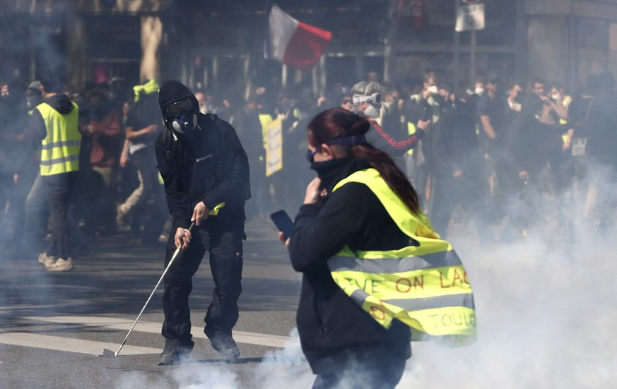 epa07504152 Protesters from the 'Gilets Jaunes' (Yellow Vests) movement clash with French riot Police during the 'Act XXII' demonstration (the 22nd consecutive national protest on a Saturday) in Toulouse, France, 13 April 2019. Yellow Vest protests are expected in several cities across France.  EPA/GUILLAUME HORCAJUELO