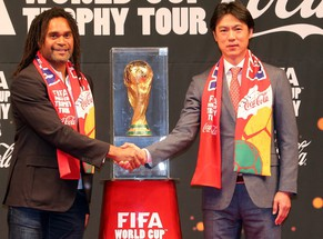 epa04153382 FIFA ambassador and former French player Christian Karembeu (L) shakes hands with Hong Myung-bo (R), head coach of South Korean national football team, during the FIFA World Cup Trophy Tour event in Seoul, South Korea, 04 April 2014. South Korea is one of the 90 stages of the tour.  EPA/YONHAPNEWS SOUTH KOREA OUT
