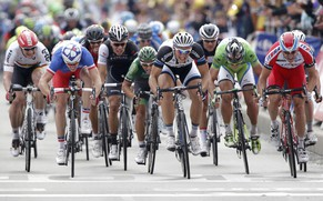 Giant-Shimano team rider Marcel Kittel (3rdR) of Germany sprints to the finish line to win the 163.5 km fourth stage of the Tour de France cycling race from Le Touquet-Paris-Plage to Lille July 8, 2014.         REUTERS/Christian Hartmann (FRANCE  - Tags: SPORT CYCLING)