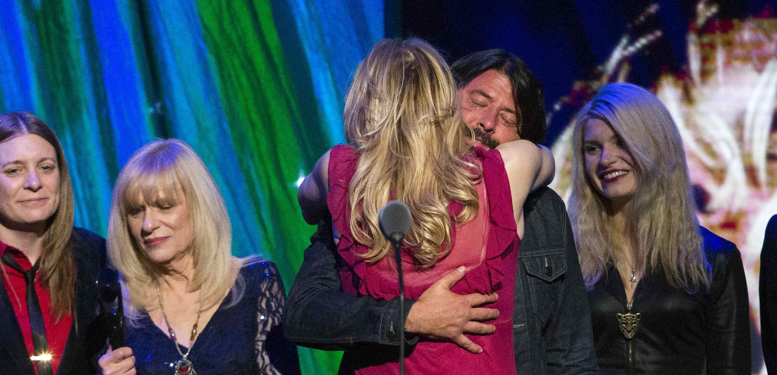 Courtney Love hugs drummer Dave Grohl of Nirvana after the band was inducted during the 29th annual Rock and Roll Hall of Fame Induction Ceremony at the Barclays Center in Brooklyn, New York April 10, 2014.  REUTERS/Lucas Jackson (UNITED STATES - Tags: ENTERTAINMENT)