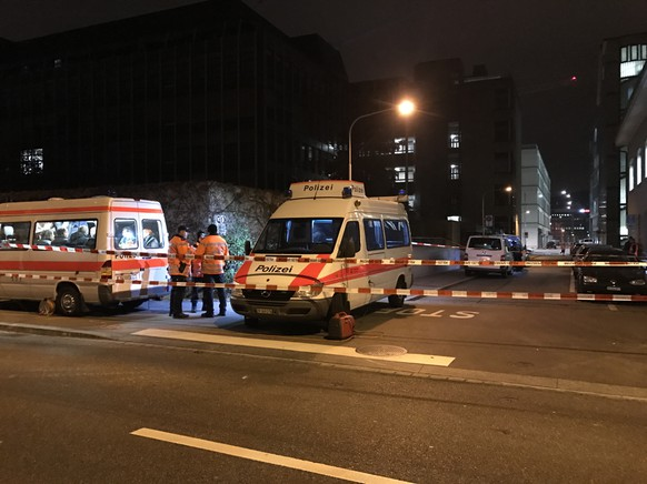 Polizeiautos bei islamischem Gebetszentrum an der Eisgasse in Zürich.