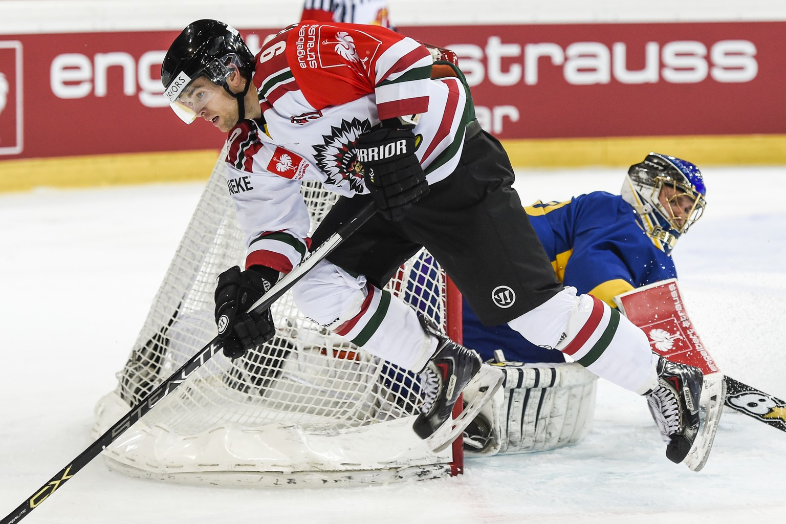 Goalkeeper Leonardo Genoni of Davos, right, fights for the puck with Spencer Abbott of Goeteborg, during the Champions Hockey League semi-finals ice hockey match between HC Davos and Froelunda Goeteborg, at the Vaillant Arena in Davos, Switzerland, Tuesday, January 12, 2016. (KEYSTONE/Gian Ehrenzeller)