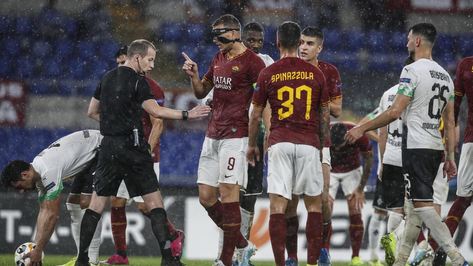 epa07947145 Roma's Edin Dzeko (3L) argues with Scottish referee William Collum (2L) during the UEFA Europa League group J soccer match between AS Roma and Borussia Moenchengladbach at the Olimpico stadium in Rome, Italy, 24 October 2019.  EPA/GIUSEPPE LAMI