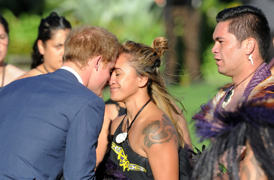 epa04739343 Britain's Prince Harry (L) hongi (touching of noses, traditional Maori welcome) with a member of the Maori Cultural Group at  his official welcome at Government House, in Wellington, New Zealand, 09 May 2015. Prince Harry arrived in Wellington to blue skies and sunshine, marking the start of an eight-day visit to New Zealand, where he will learn to do a Maori war dance and watch a rugby game.  EPA/John Cowpland AUSTRALIA AND NEW ZEALAND OUT