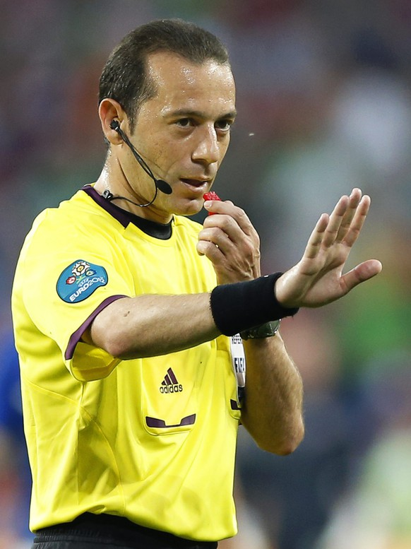 epa04113732 FIFA WORLD CUP 2014 REFEREES  Picture taken on 18 June 2012 shows Turkish referee Cuneyt Cakir during the Group C preliminary round match of the UEFA EURO 2012 between Italy and Ireland in Poznan, Poland. Cakir has been selected by FIFA as one of the 25 referees who will officiate at the FIFA World Cup 2014 in Brazil.  EPA/ADAM CIERESZKO *** Local Caption *** 50394426