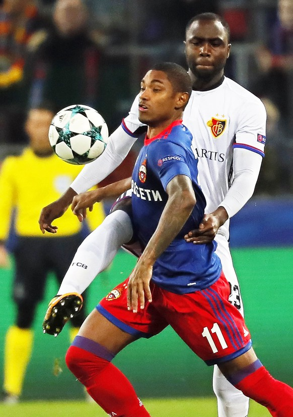 epa06274175 Vitinho (front) of CSKA Moscow in action against Eder Balanta (R) of Basel during the UEFA Champions League group A soccer match between CSKA Moscow and FC Basel in Moscow, Russia, 18 October 2017.  EPA/YURI KOCHETKOV