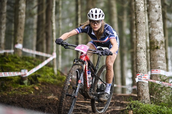 epa08733529 Loana Lecomte of France in action during the Women's U23 Cross-Country Olympic's race at the UCI Mountain Bike World Championships, in Leogang, Austria, 10 October 2020.  EPA/GIAN EHRENZELLER