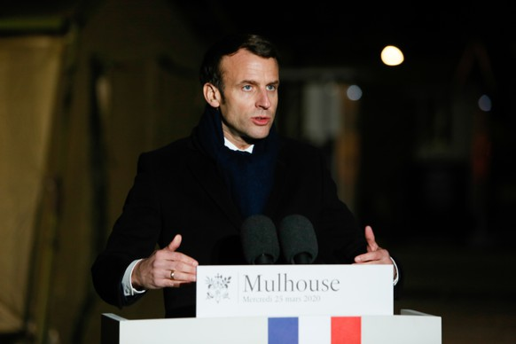 epa08322725 French President Emmanuel Macron delivers a speech after the visit of the military field hospital outside the Emile Muller Hospital in Mulhouse, eastern France, 25 March 2020, on the tenth day of a strict lockdown in France to stop the spread of COVID-19.  EPA/CUGNOT MATHIEU / POOL