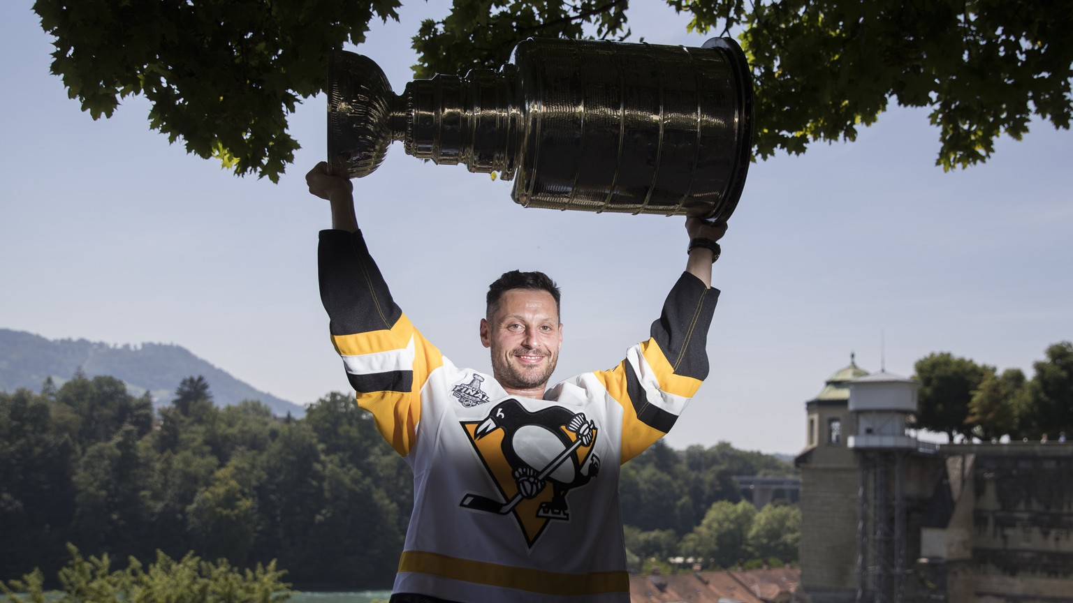 Switzerland's Mark Streit poses with the Stanley Cup trophy in Bern, Switzerland, August 2, 2017. Streit won the trophy with the Pittsburgh Penguins in 2017. (KEYSTONE/Peter Klaunzer)