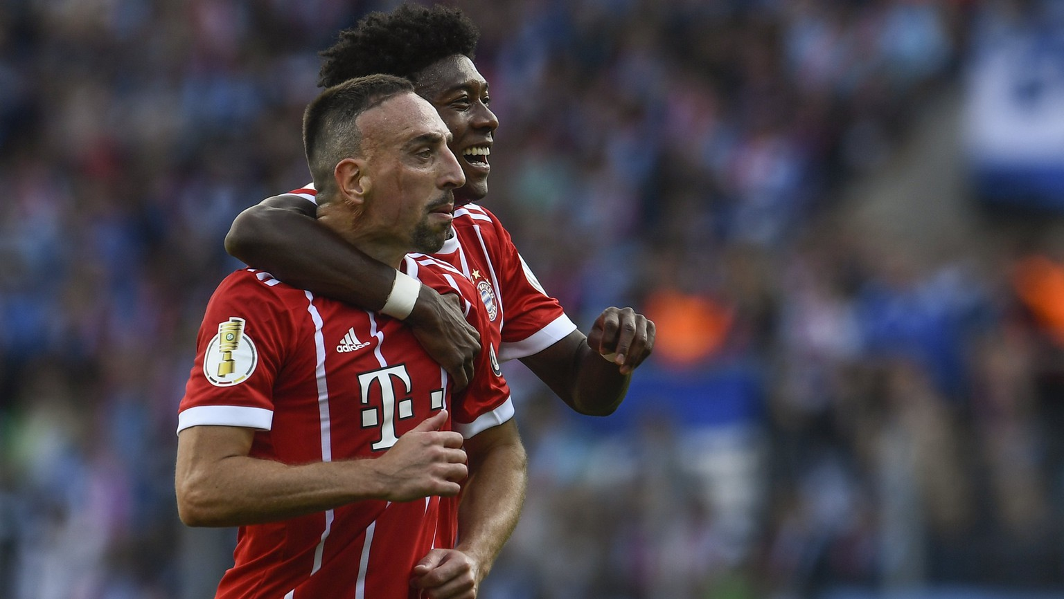 epa06140245 Bayern's Franck Ribery (C) celebrates with teammate David Alaba (back) after he scored against Chemnitzer FC during the German DFB Cup first round match between Chemnitzer FC and FC Bayern Munich in Chemnitz, Germany, 12 August 2017.  EPA/FILIP SINGER ATTENTION: BLOCKING PERIOD! The DFB permits the further utilisation and publication of the pictures for mobile services (especially MMS) and for DVB-H and DMB only after the end of the match.)