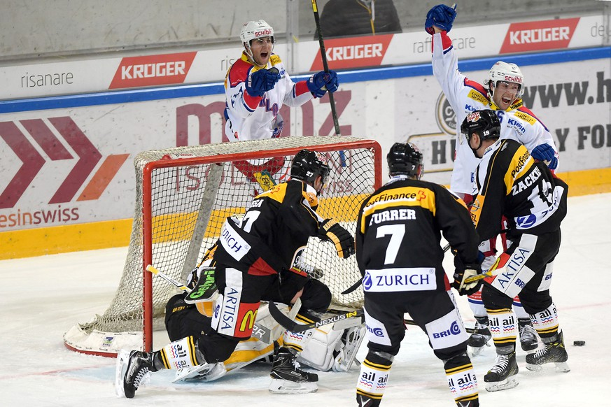 Kloten's player Daniele Grassi right, celebrate the 1 - 3 goal, during the preliminary round game of National League A (NLA) Swiss Championship 2016/17 between HC Lugano and EHC Kloten, at the ice stadium Resega in Lugano, Switzerland,  Friday, January 20, 2017. (KEYSTONE/Ti-Press/Samuel Golay)
