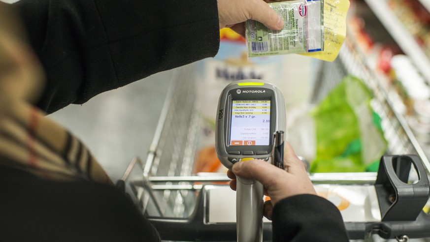 Passabene, a new shopping system for practical grocery shopping at Coop Sihlcity in Zurich, pictured on January 29, 2015. The customer scans with a hand scanner the requested goods by himself.(KEYSTONE/Christian Beutler)  Passabene, ein neues Einkaufssystem für praktisches Einkaufen im Coop Sihlcity am 29. Januar 2015 in Zuerich. Der Kunde scannt mit einem Handscanner seine gewuenschten Produkte selbst ein. (KEYSTONE/Christian Beutler)
