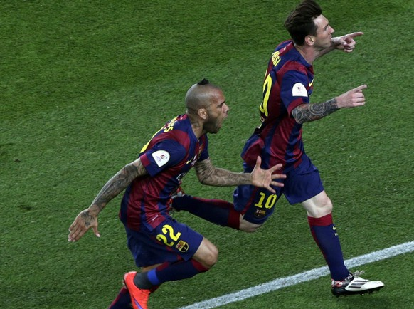 epa04776408 FC Barcelona's Argentinian striker Lionel Messi (R) celebrates next to teammate, FC Barcelona's Brazilian defender Dani Alves after scoring against Athletic Bilbao during the Spanish King's Cup final match at Camp Nou stadium in Barcelona, northeastern Spain, 30 May 2015.  EPA/Alberto Estevez