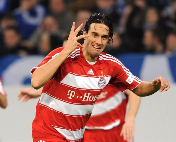 epa01545994 Luca Toni of FC Bayern Munich celebrates his 1-0 against Schalke 04 during the Bundesliga match at VeltinsArena in Gelsenkirchen, Germany, 09 November 2008. (ATTENTION: BLOCKING PERIOD! The DFL permits the further utilisation of the pictures in IPTV, mobile services and other new technologies only two hours after the end of the match. The publication and further utilisation in the internet during the match is restricted to six pictures per match only.)  EPA/Achim Scheidemann WO SPIELT HEUTE?