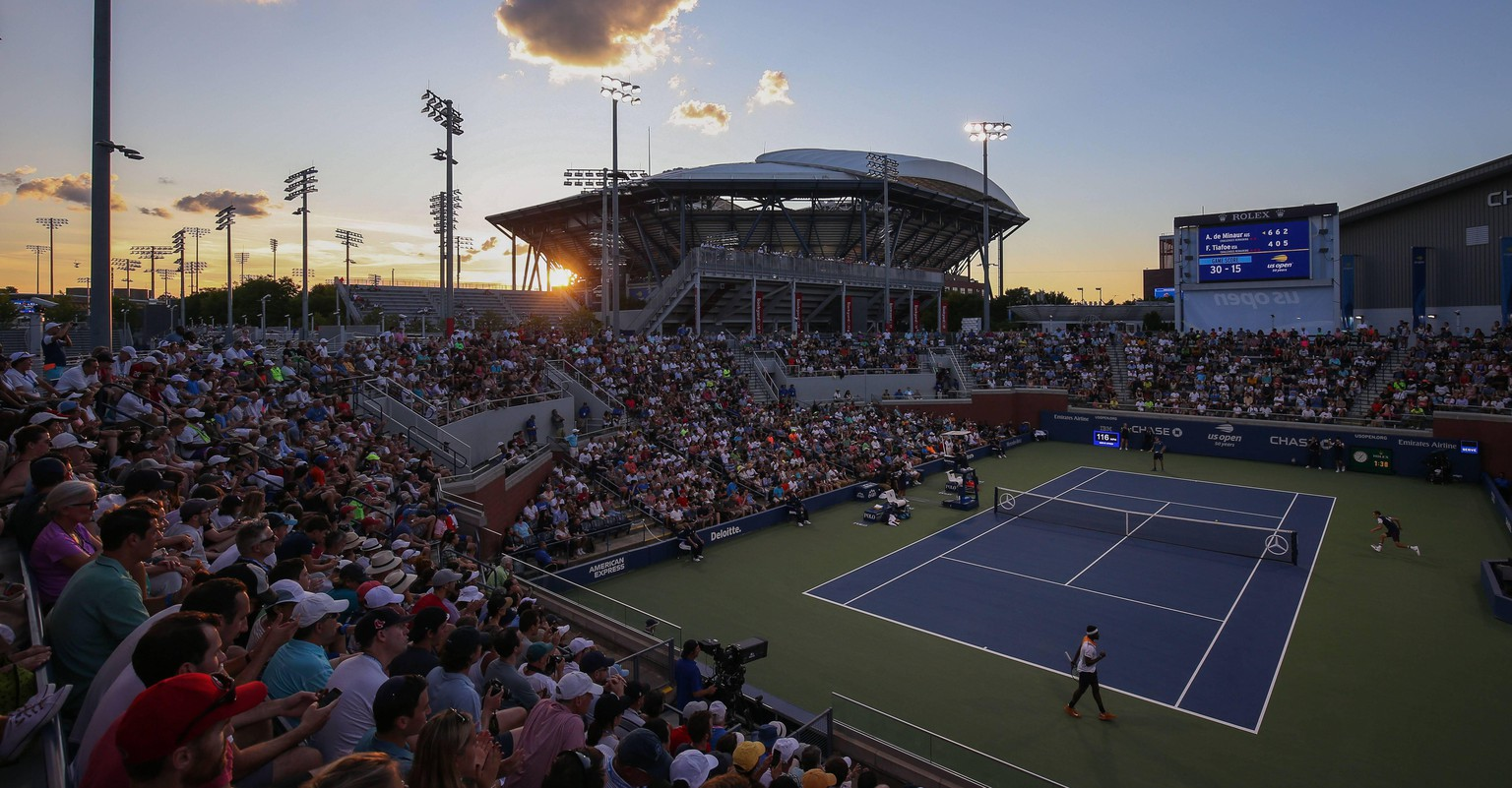 US OPEN Feature , Blick von oben auf Court 17 , Sonnenu ntergang,Arthur Ashe Stadion im Hintergrund, Panorama, Abendstimmung. *** US OPEN feature View from above on Court 17 Sunrise Arthur Ashe Stadium in the background Panorama Evening mood Copyright: xJuergenxHasenkopfx