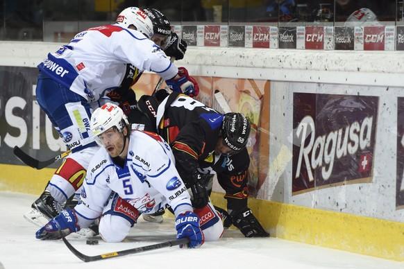 23.12.2014; Bern; Eishockey NLA - SC Bern - ZSC Lions; Mathias Seger (Zuerich) und Severin Blindenbacher (Zuerich) gegen Christoph Bertschy (Bern) und Eric Blum (Bern)(Urs Lindt/freshfocus)