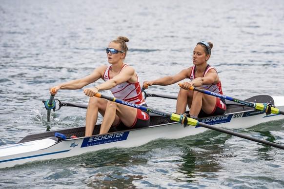 Die Schweizer Ruderinnen Patricia Merz, rechts, und Frederique Rol, links, im Leichtgewichts-Doppelzweier der Damen beim Training auf dem Sarnersee am Dienstag, 22. Juni 2021.  KEYSTONE/Urs Flueeler).