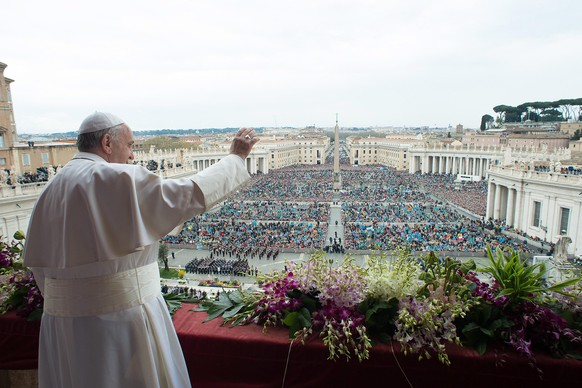epa04692908  A photo provided by Vatican newspaper L'Osservatore Romano of Pope Francis waving to thousands of pilgrims, Romans and tourists gathered below during his delivery of the Urbi et Orbi prayer from the balcony of the facade of Saint Peter's Basilica. Vatican City, 05 April 2015. (photo to be used soley to illustrate events depicted in this image)  EPA/OSSERVATORRE ROMANO  HANDOUT EDITORIAL USE ONLY/NO SALES/NO ARCHIVES