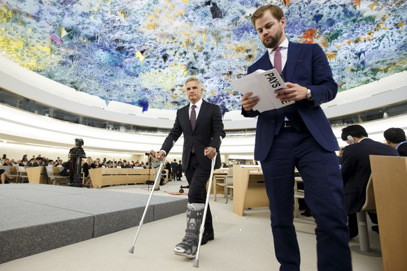 Swiss Foreign Minister Didier Burkhalter, injured, arrives to the podium for his statement, during the opening of the 32th session of the Human Rights Council, at the European headquarters of the United Nations in Geneva, Switzerland, Monday, June 13, 2016. (KEYSTONE/Salvatore Di Nolfi)