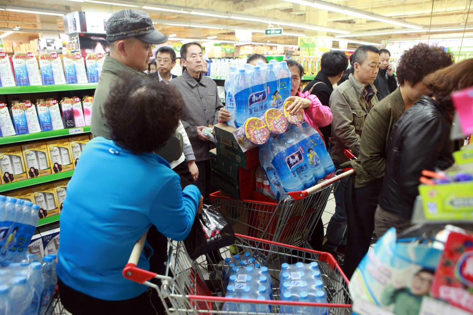 epa04164352 People buy bottled water in a supermarket in Lanzhou, in the north-western China's Gansu province, 11 April 2014 after the government warned citizens not to drink the tap water as a source close to a petrochemical plant was contaminated. People in panic have bought out almost all the bottled water in the city shortly after the notice. Investigators identified a crude oil pipeline run by state-owned China National Petroleum Corp as the source for polluting the water supply in a north-western city, state media reported 12 April.  EPA/LI LI CHINA OUT