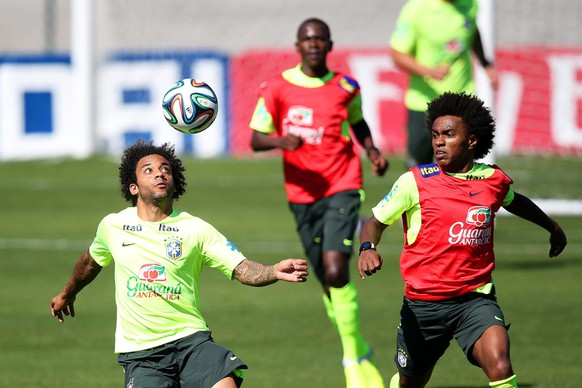 epa04296100 Brazilian national soccer team players Marcelo (L) and Willian (R) perform during their team's training session at the Brazilian Football Confederation (CBF) training center, also known as Granja Comary, in Teresopolis, Brazil, 02 July 2014. Brazil will face Colombia in the FIFA World Cup 2014 quarter final match in Fortaleza on 04 July 2014.  EPA/MARCELO SAYAO