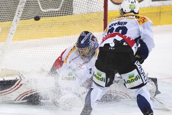 Biels Goalie Jonas Hiller, links, und Mauro Dufner, rechts, sind geschlagen nach dem Tor zum 0-1, waehrend dem Eishockey National League A Spiel, zwischen den SCL Tigers und dem EHC Biel, am Dienstag 29. November 2016 in der Ilfishalle in Langnau. (KEYSTONE/Marcel Bieri)
