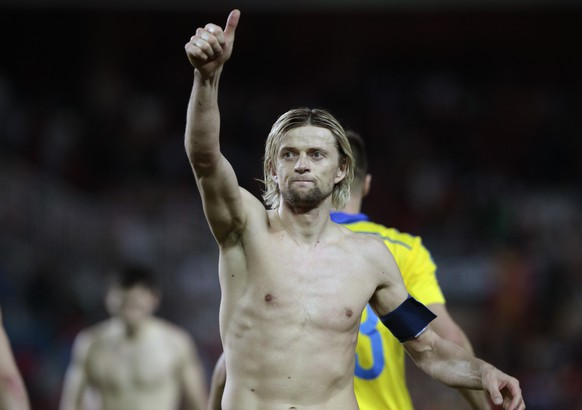 Ukraine's Anatoliy Tymoshchuk greets supporters at the end of the Euro 2016 qualifying soccer match between Spain and Ukraine, at the Ramon Sanchez Pizjuan stadium, in Seville, Spain, on Friday, March. 27, 2015. (AP Photo/Angel Fernandez)