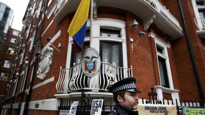 A police officer stands outside Ecuador's embassy after prosecutor Ingrid Isgren from Sweden arrived at Ecuador's embassy to interview Julian Assange in London, Britain, November 14, 2016.  REUTERS/Peter Nicholls